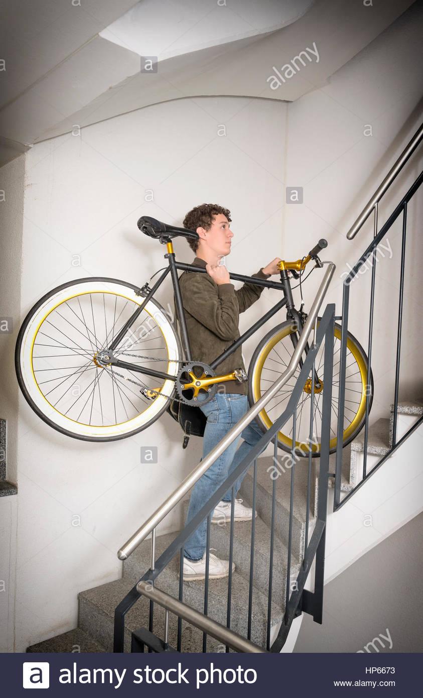 ec86d8e7719f52 Giovane uomo che porta fixie bicicletta su per le scale Hipster Foto ...