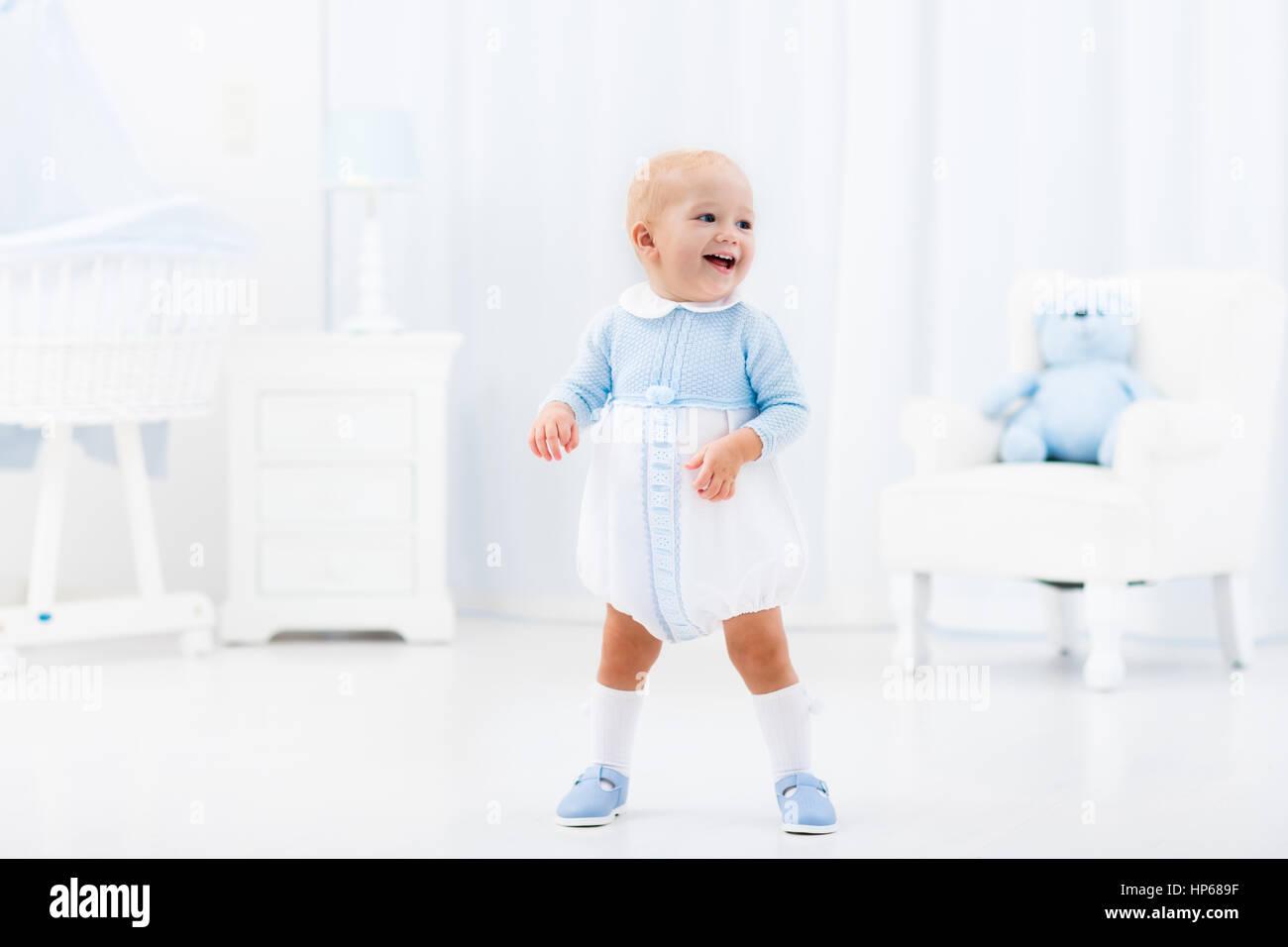 Sedie A Dondolo Bambini : I primi passi del bambino ad imparare a camminare in bianco e