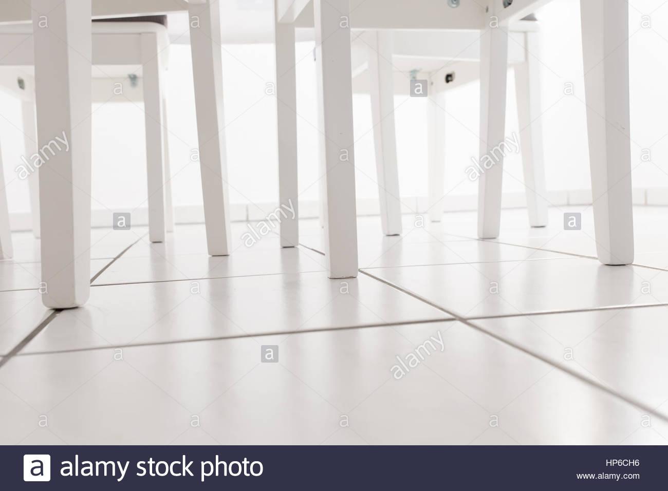 Sedie Da Cucina Bianche : Sedia bianca gambe sotto un tavolo da cucina su un pavimento
