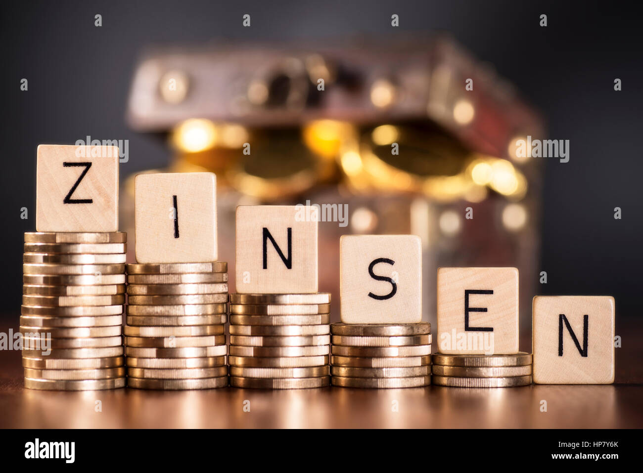 Pila di monete e la parola interesse. Immagini Stock