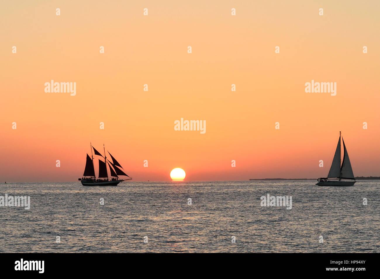 Barche a vela di fronte a una bella Key West Sunset. Preso da Malory Square Immagini Stock
