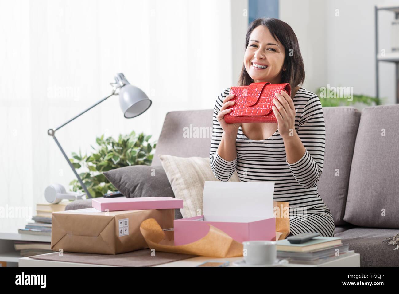 07cceac0dc44 Donna felice unboxing un pacco contenente un sacco di moda, shopping online  con tempi di consegna e la soddisfazione del cliente concetto