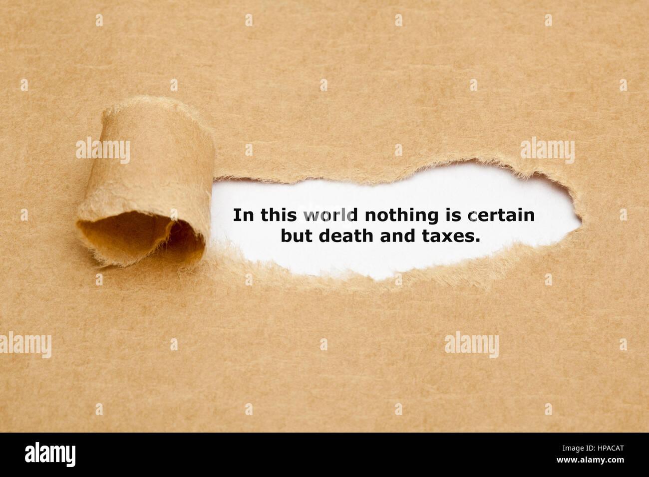 Citazione in questo mondo nulla è certo ma la morte e le tasse, che appaiono dietro strappato carta marrone. Immagini Stock