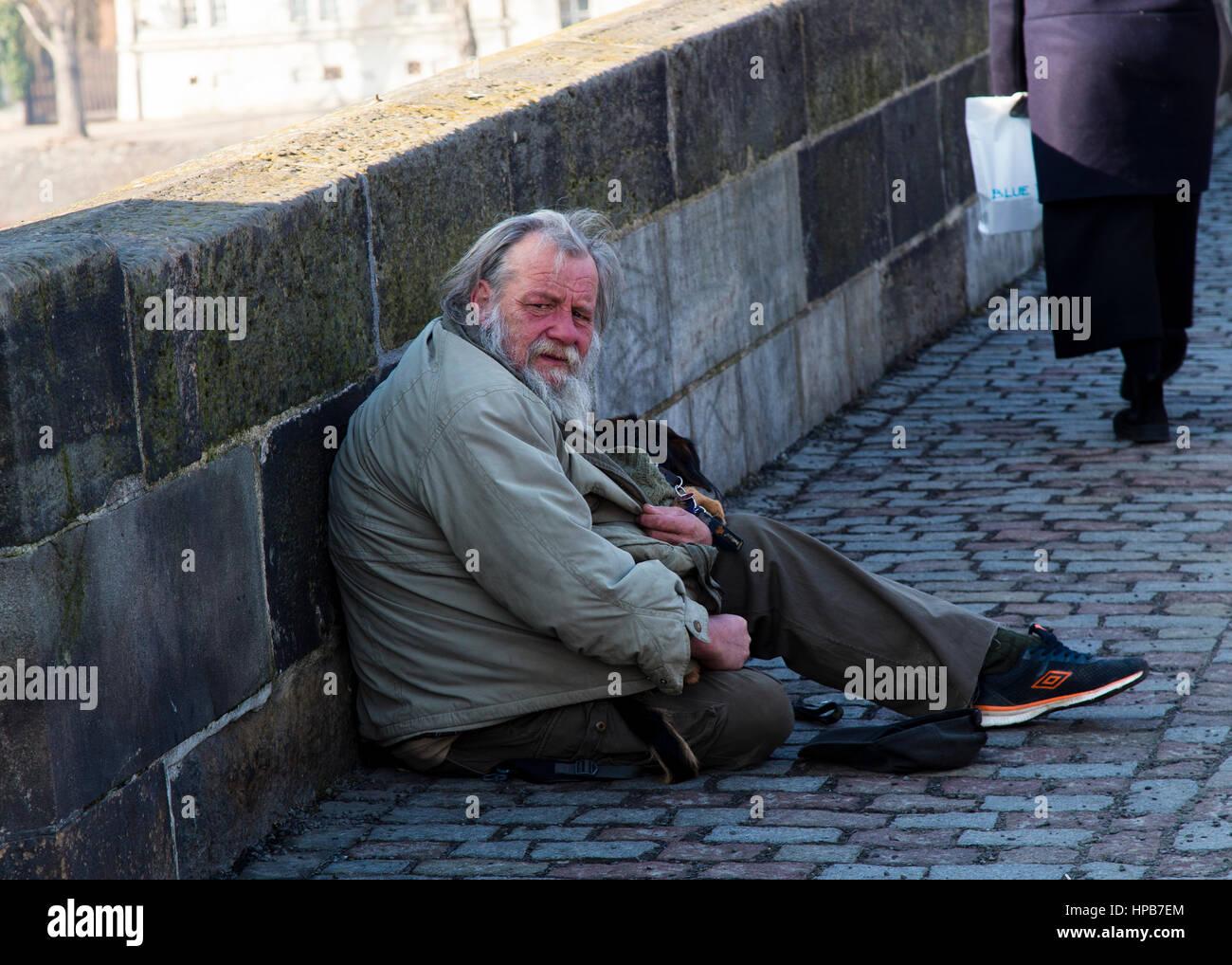 Il vecchio uomo di accattonaggio sul Ponte Carlo a Praga Repubblica Ceca Immagini Stock