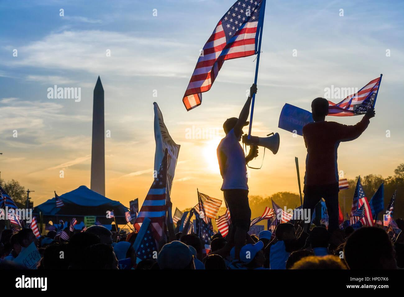Protesta sul National Mall di Washington DC. Immigrato sventola bandiera tenendo un bullhorn nella pacifica marzo Immagini Stock