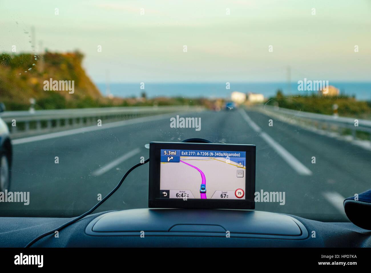 Satnav, Sat Nav o la navigazione satellitare GPS in auto. Regno Unito auto con satnav sul cruscotto Costa del Sol Immagini Stock