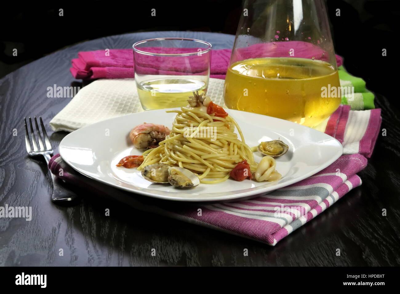 Piatti di pasta in bianco piatto su colorati panni da cucina e ...