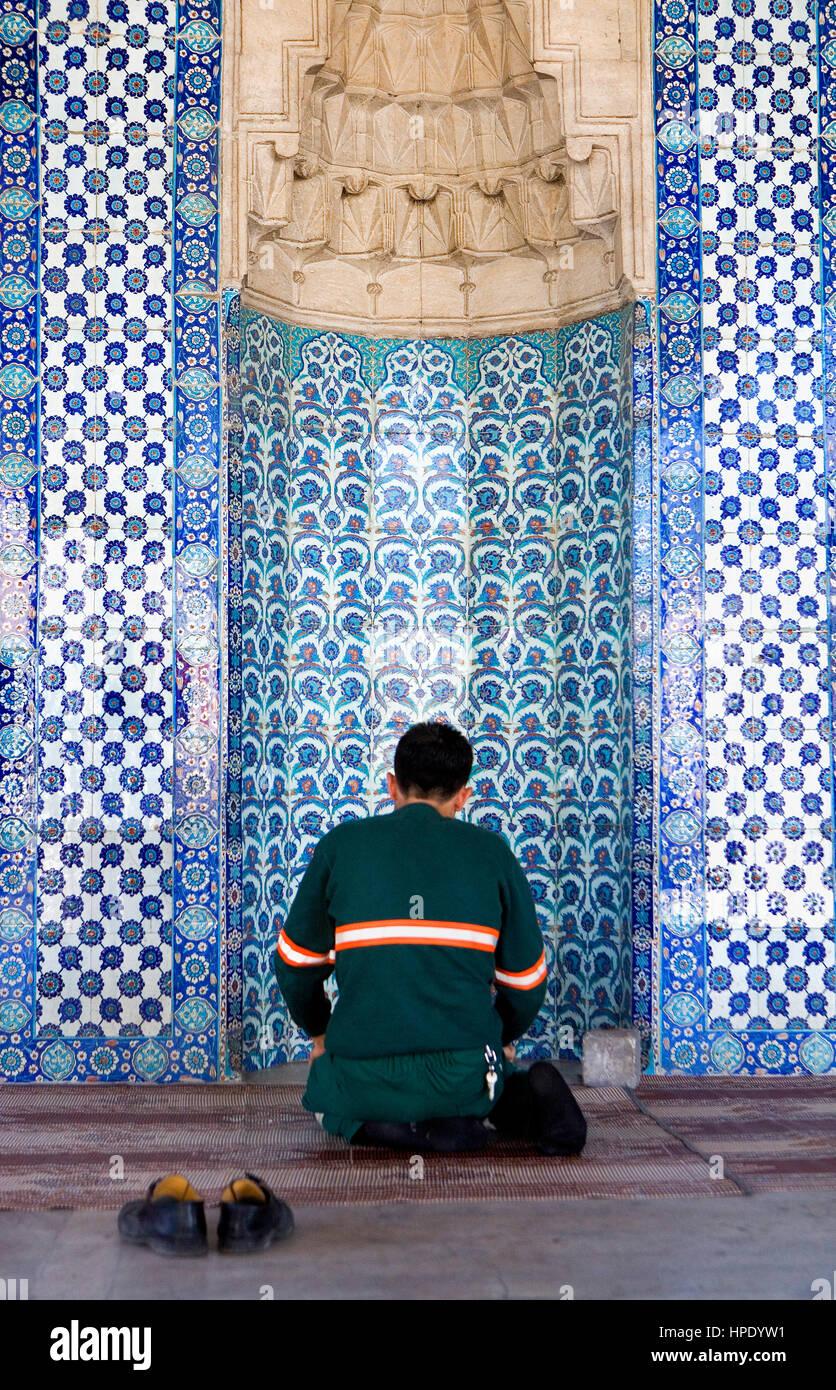 Pregando in Rusten Pasa moschea, Istanbul, Turchia Immagini Stock
