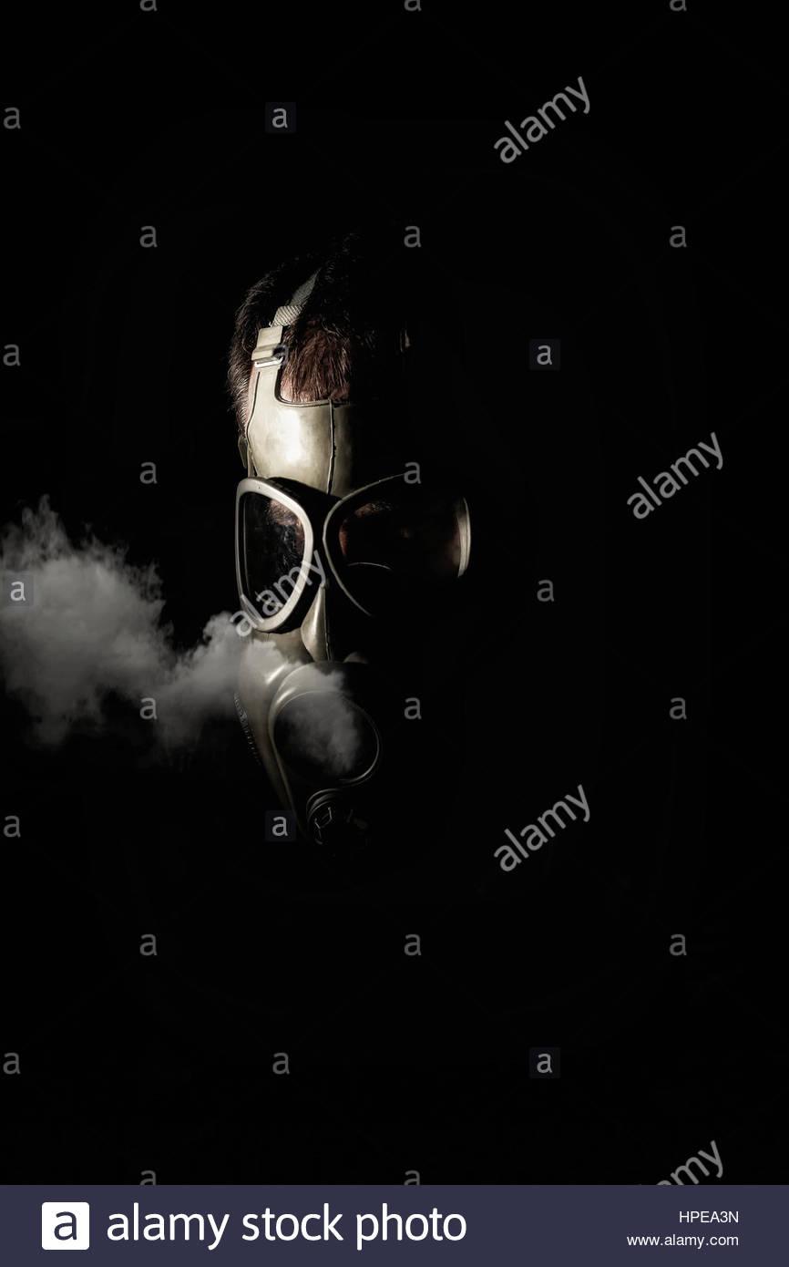 Uomo in una maschera a gas Foto Stock