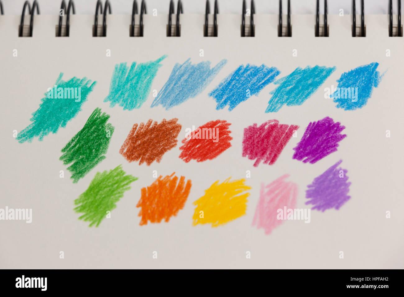 Close-up di disegnato a mano strisce colorate sulla nota prenota Immagini Stock