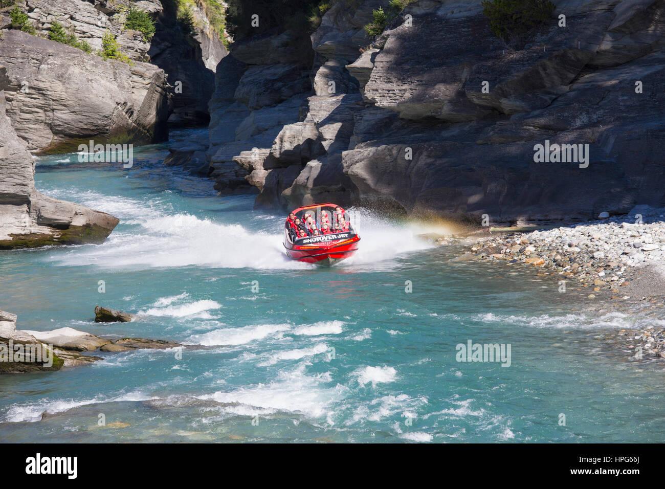 Queenstown, Otago, Nuova Zelanda. Shotover Jet Boat emergente dalla stretto canyon sul fiume Shotover. Immagini Stock