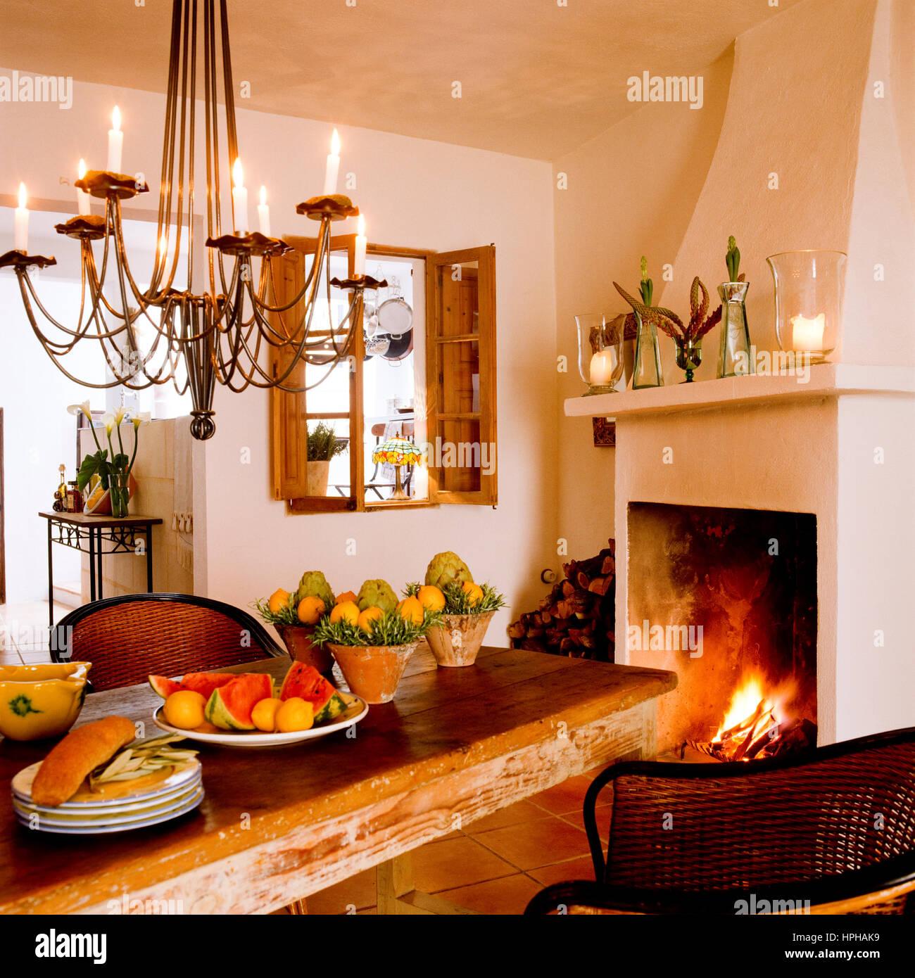 Una Sala Da Pranzo Con Caminetto Foto Stock Alamy