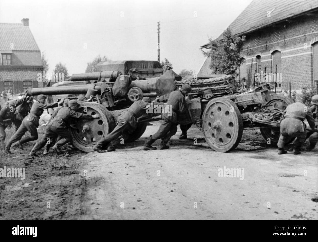 La propaganda nazista immagine mostra la Wehrmacht tedesca di soldati a un  pesante pistola durante l 501511c9aae5