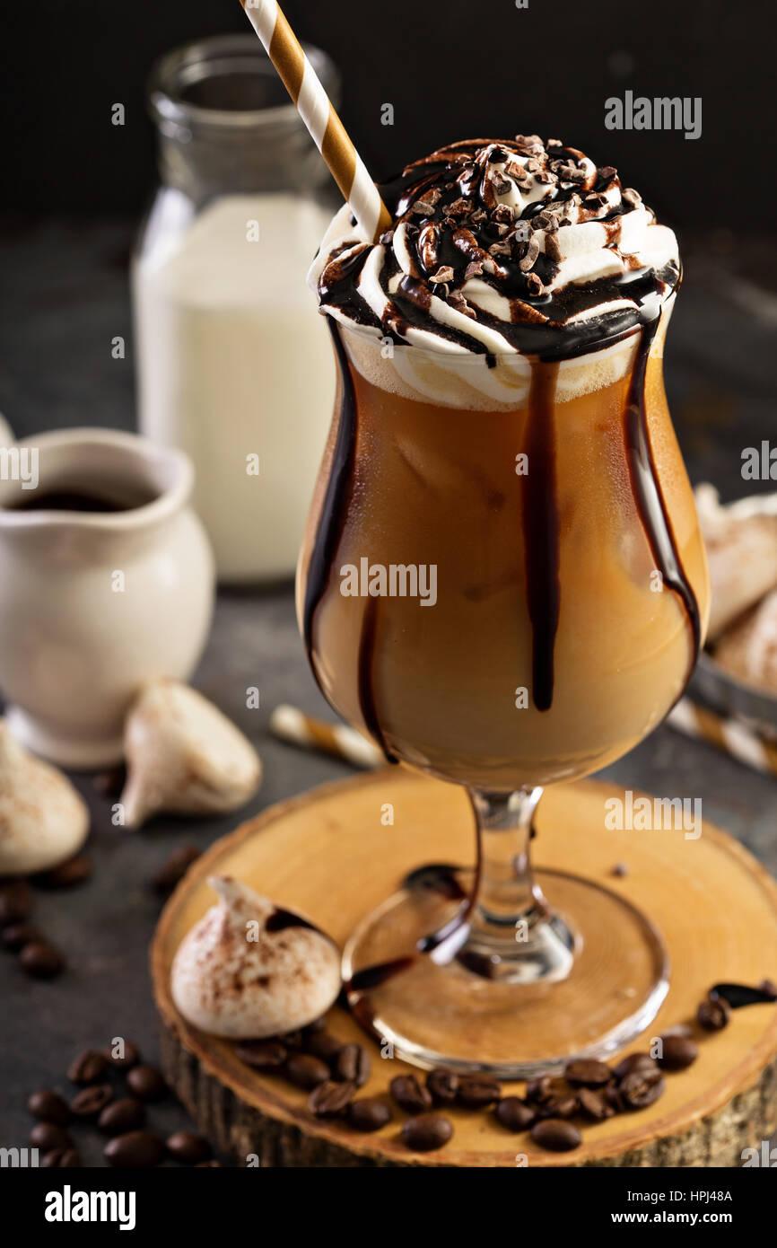 Caffè ghiacciato con panna montata e lo sciroppo al cioccolato Immagini Stock