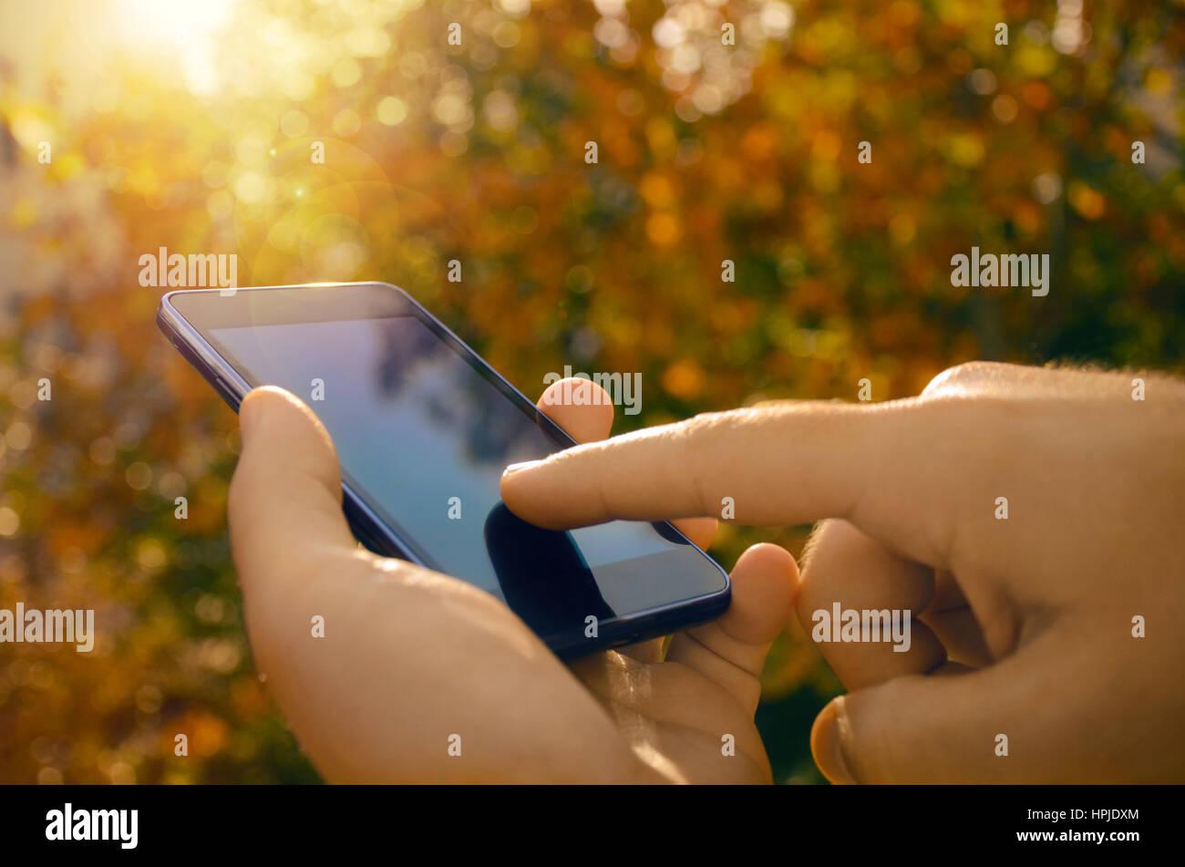 Uomo Che Utilizza Un Telefono Intelligente Natura Dello Sfondo