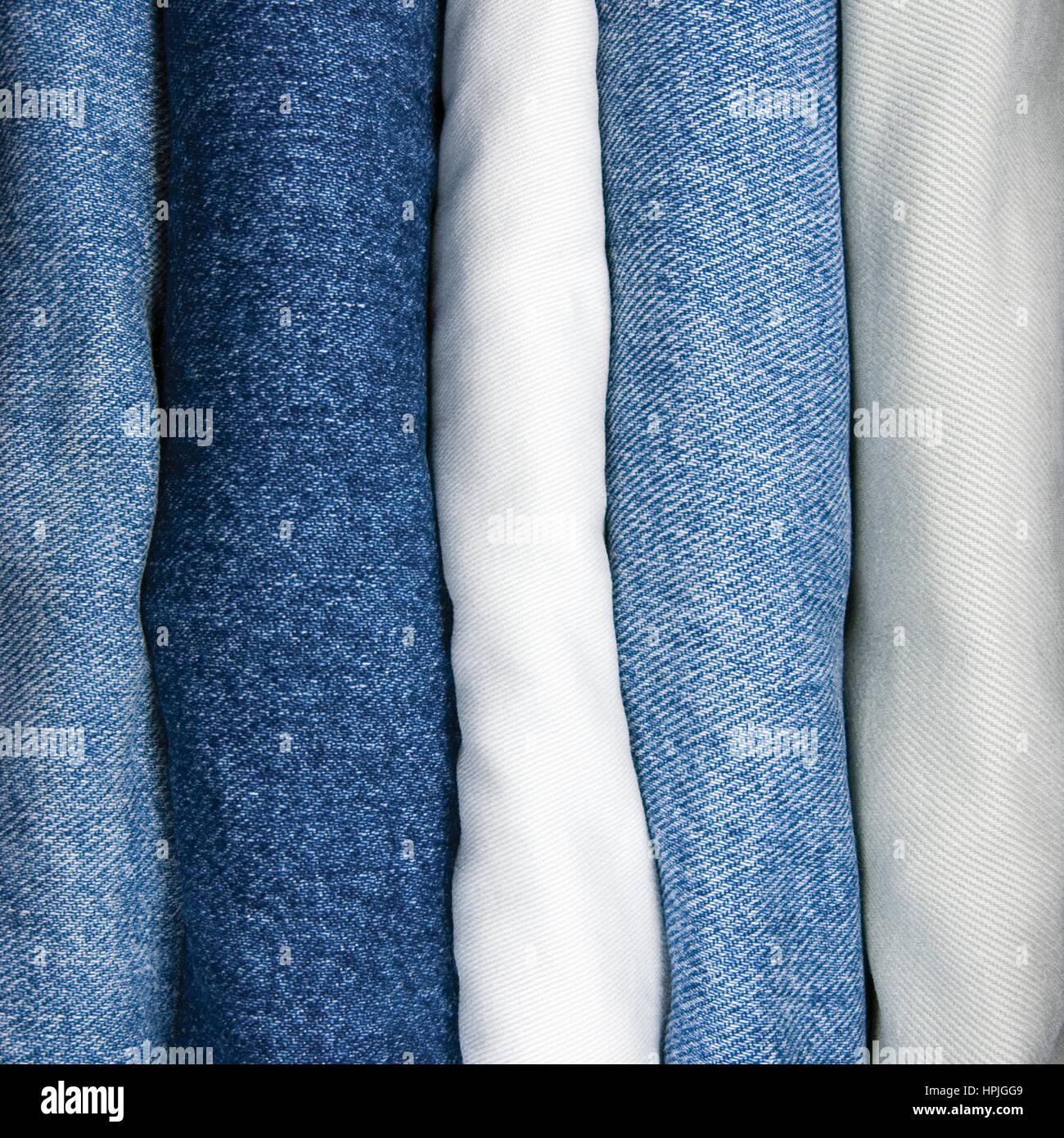 Primo piano dettagliato di jeans stack, denim indaco, beige