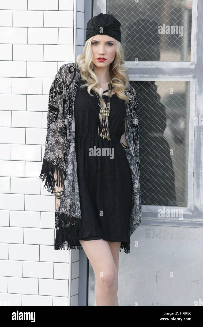 Sofisticata ragazza carina in un little black dress Foto Stock