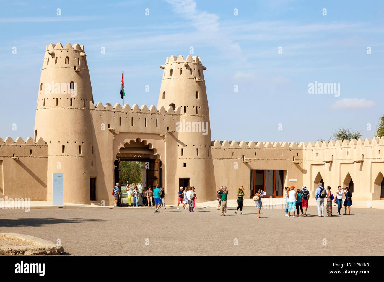 AL Ain, Emirati Arabi Uniti - Nov 29, 2016: gruppo di turisti che visitano la storica Al Jahlili fort nella città Immagini Stock
