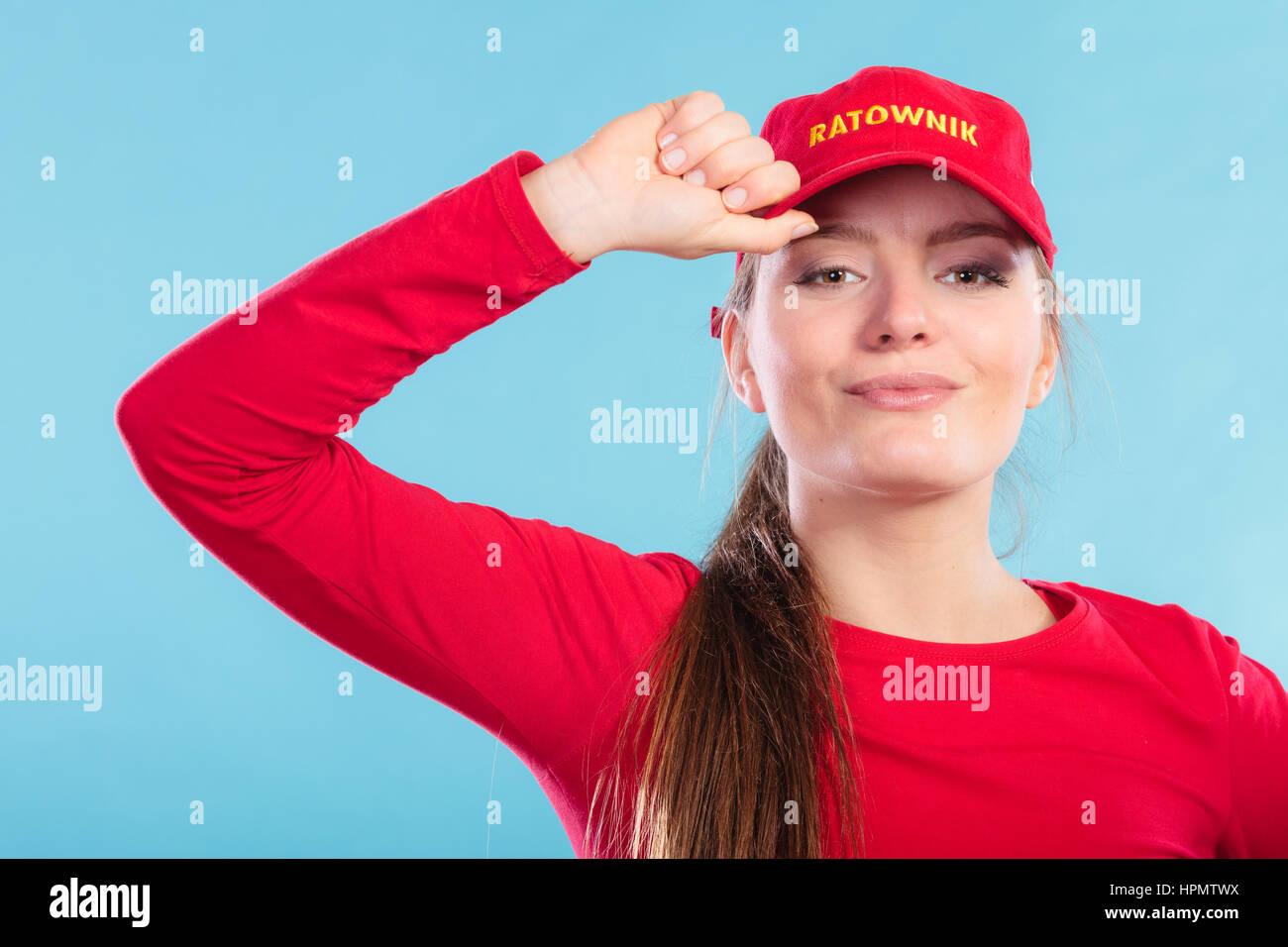 b521d6006362c5 Ritratto di donna bagnino ragazza nel cappuccio rosso con segno ratownik  sul blu. La prevenzione degli incidenti di soccorso.