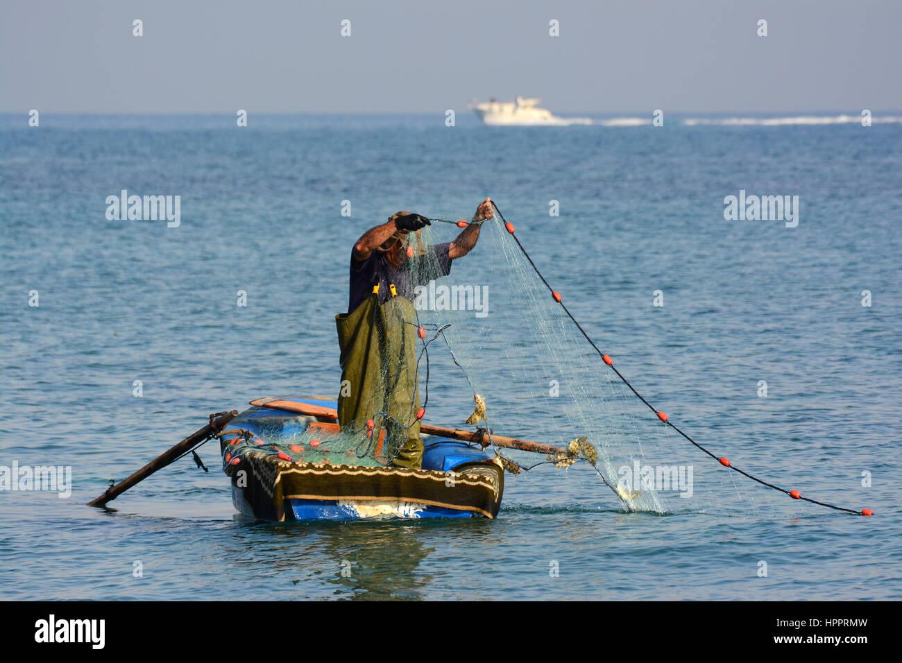 Pescatore sul mare Mediterraneo Immagini Stock