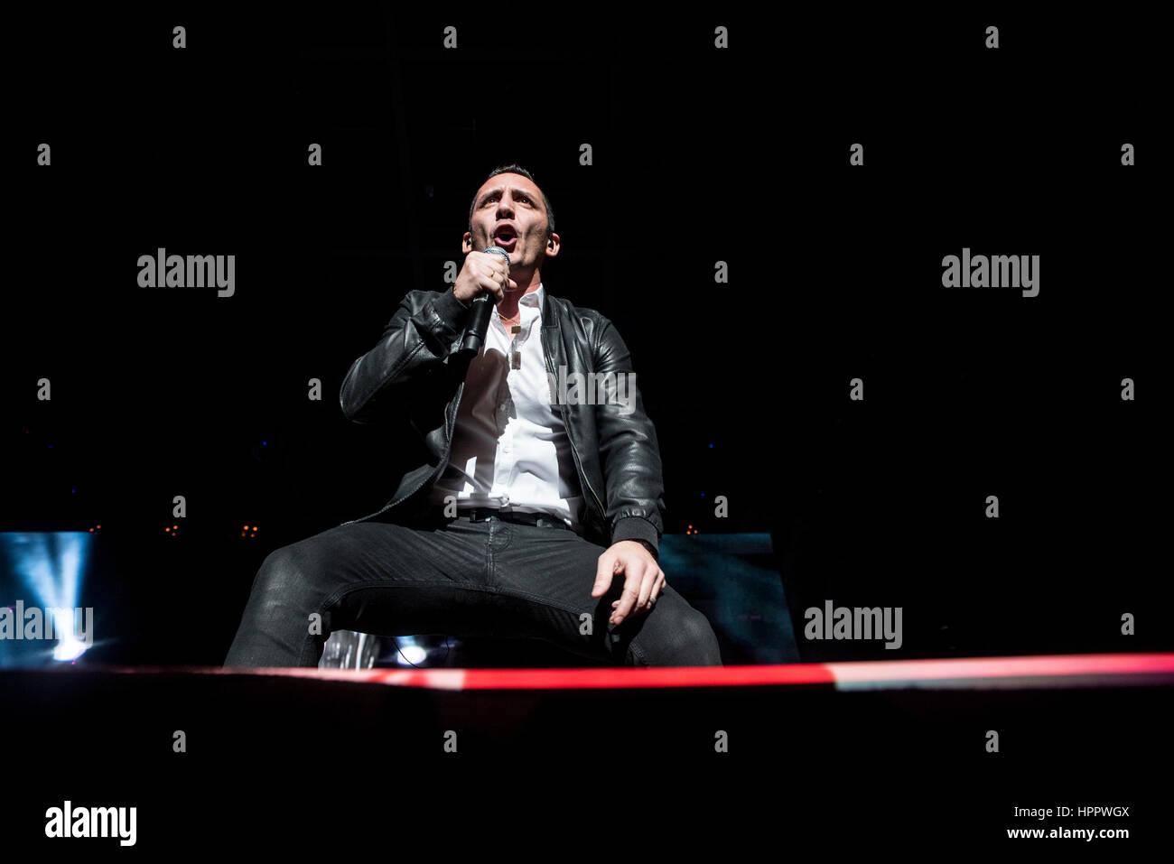 Modà del cantante Kekko Silvestre eseguendo in Torino al Pala Alpitour durante la Passione Maledetta Tour Immagini Stock