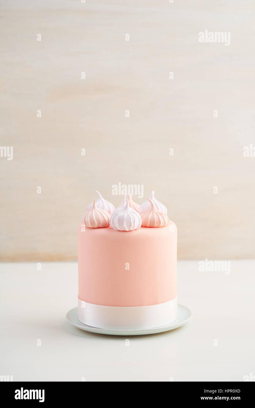 Mini fondente torta ricoperto di meringa baci Immagini Stock