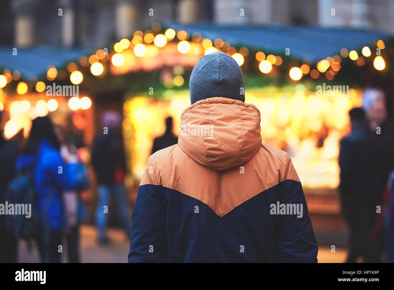 Giovane uomo nel mercato di natale, Vienna, Austria Immagini Stock