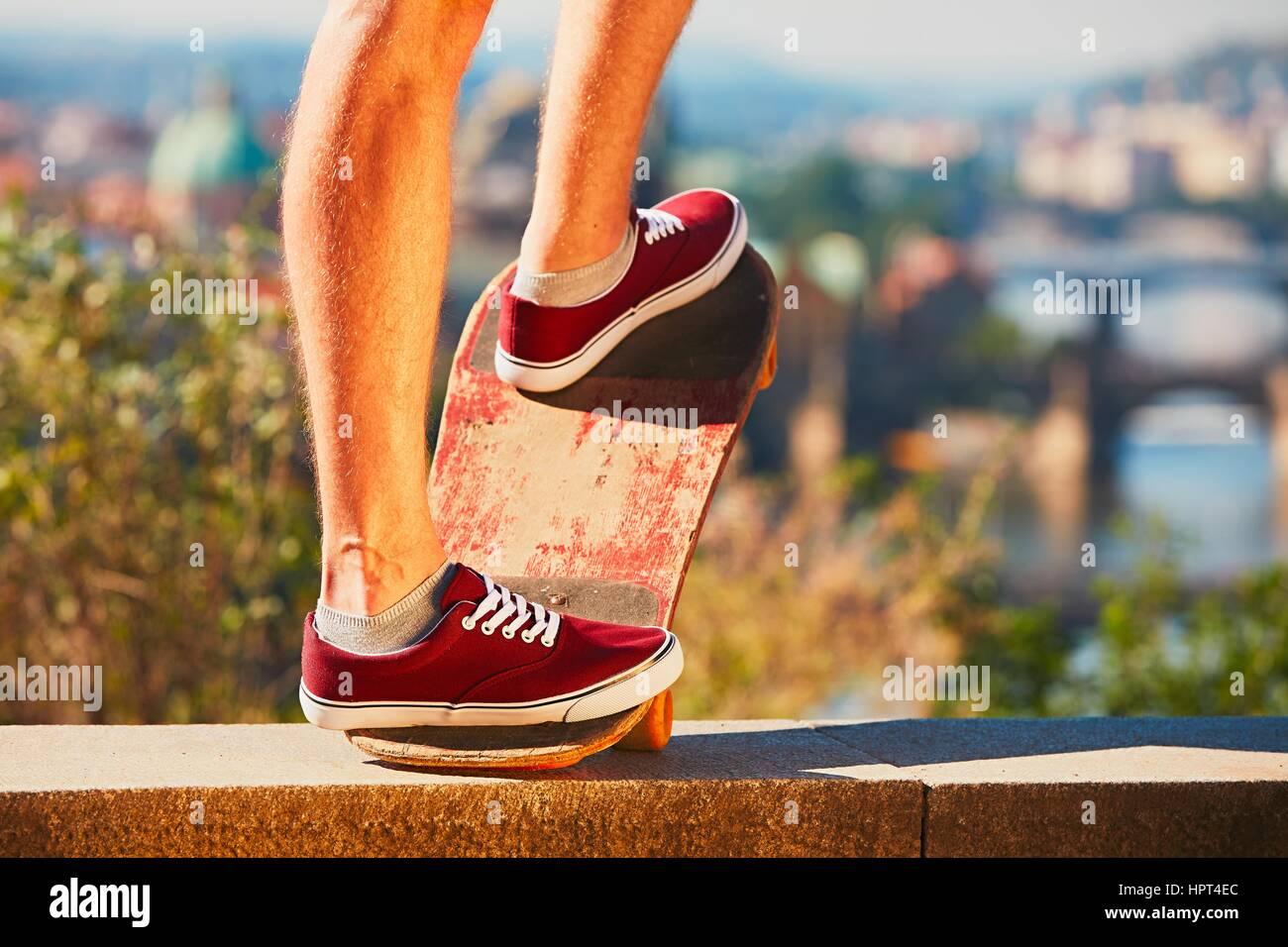 Giovane guidatore di skateboard è cavalcare sullo skateboard in città. Praga, Repubblica Ceca. Immagini Stock