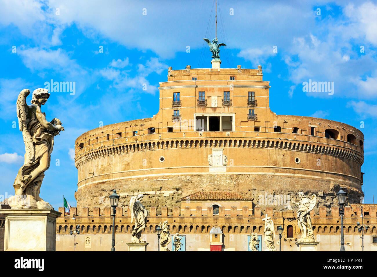 Gli angeli su Ponte Sant Angelo inquadrando il Castello di Sant'Angelo, nel parco Adriano district, Roma, Italia Immagini Stock