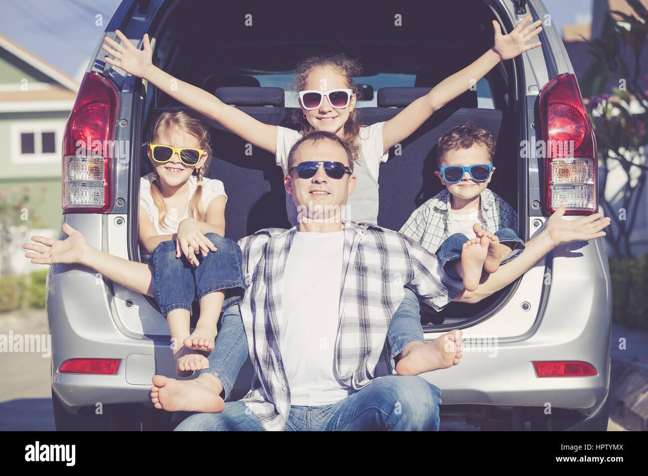 La famiglia felice tenetevi pronti per il viaggio su strada in una giornata di sole. Concetto di famiglia amichevole. Foto Stock