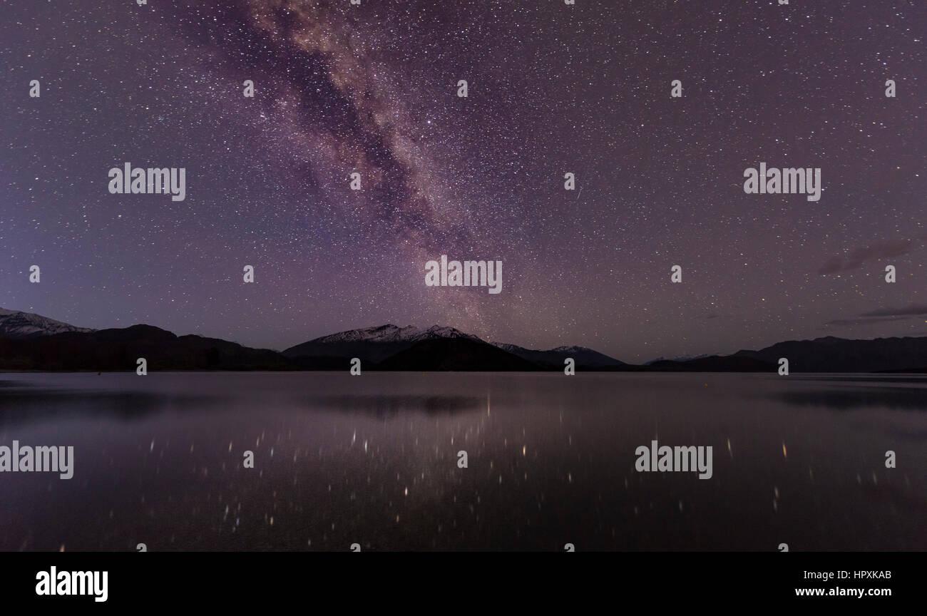 Scena Notturna, lago Wanaka con le stelle e la Via Lattea, stelle mirroring nell'acqua, Glendhu Bay, Otago Southland, Immagini Stock