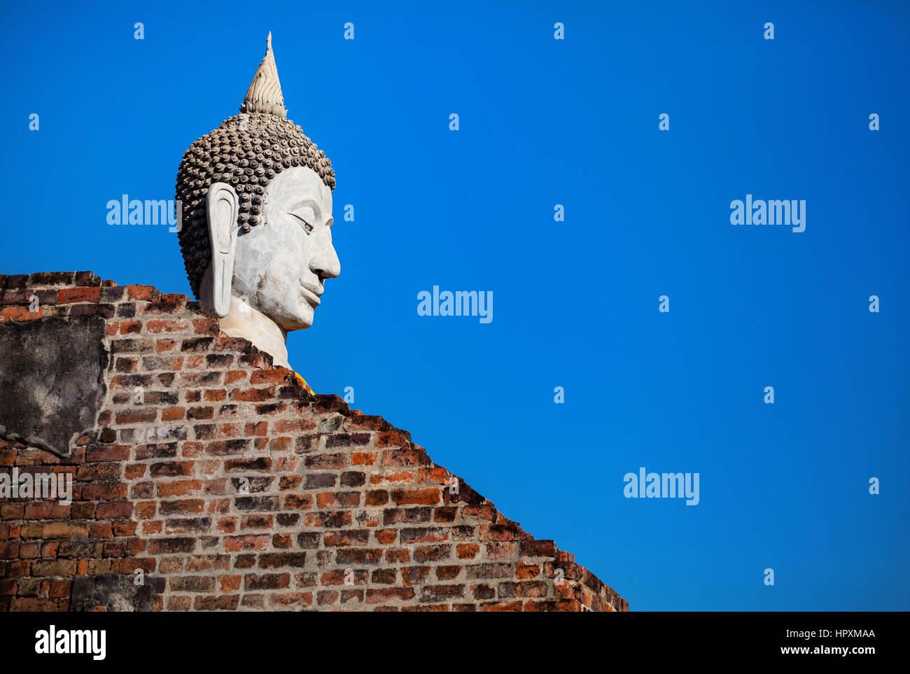 Grande statua del Buddha in Wat Yai Chai Mongkol monastero a cielo blu in Ayuttaya, Thailandia Immagini Stock