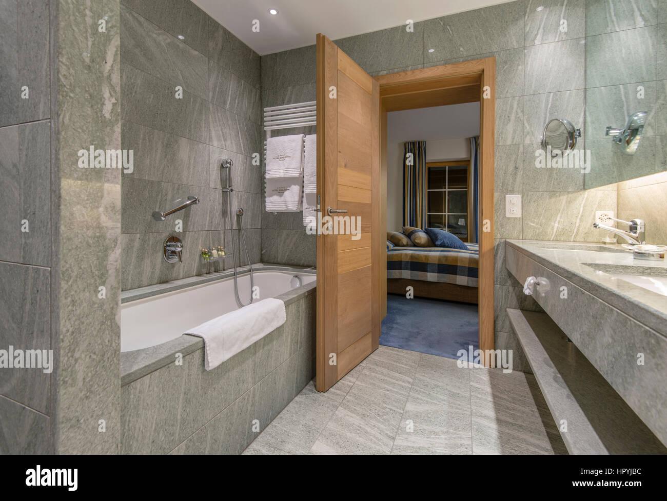 Moderno hotel minimalista bagno con piastrelle in marmo che
