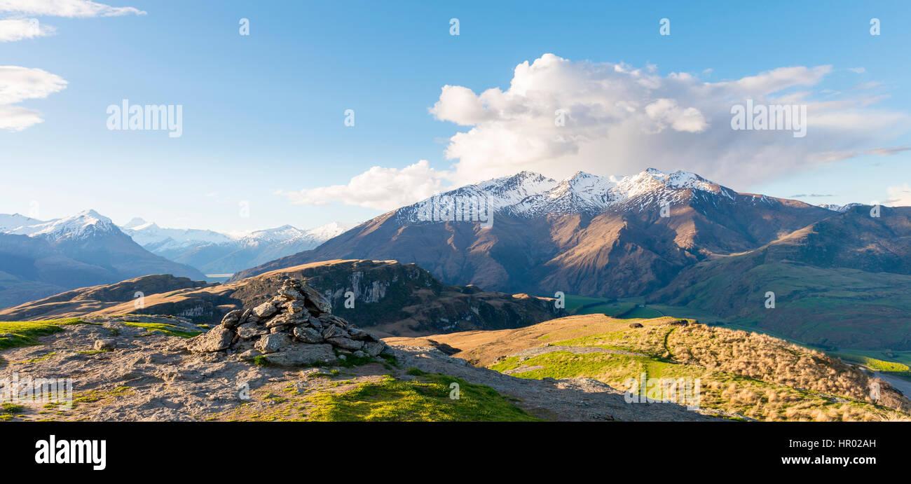 Vista delle montagne, picchi con neve, picco roccioso, Glendhu Bay, Regione di Otago, Alpi del Sud, Southland, Nuova Immagini Stock