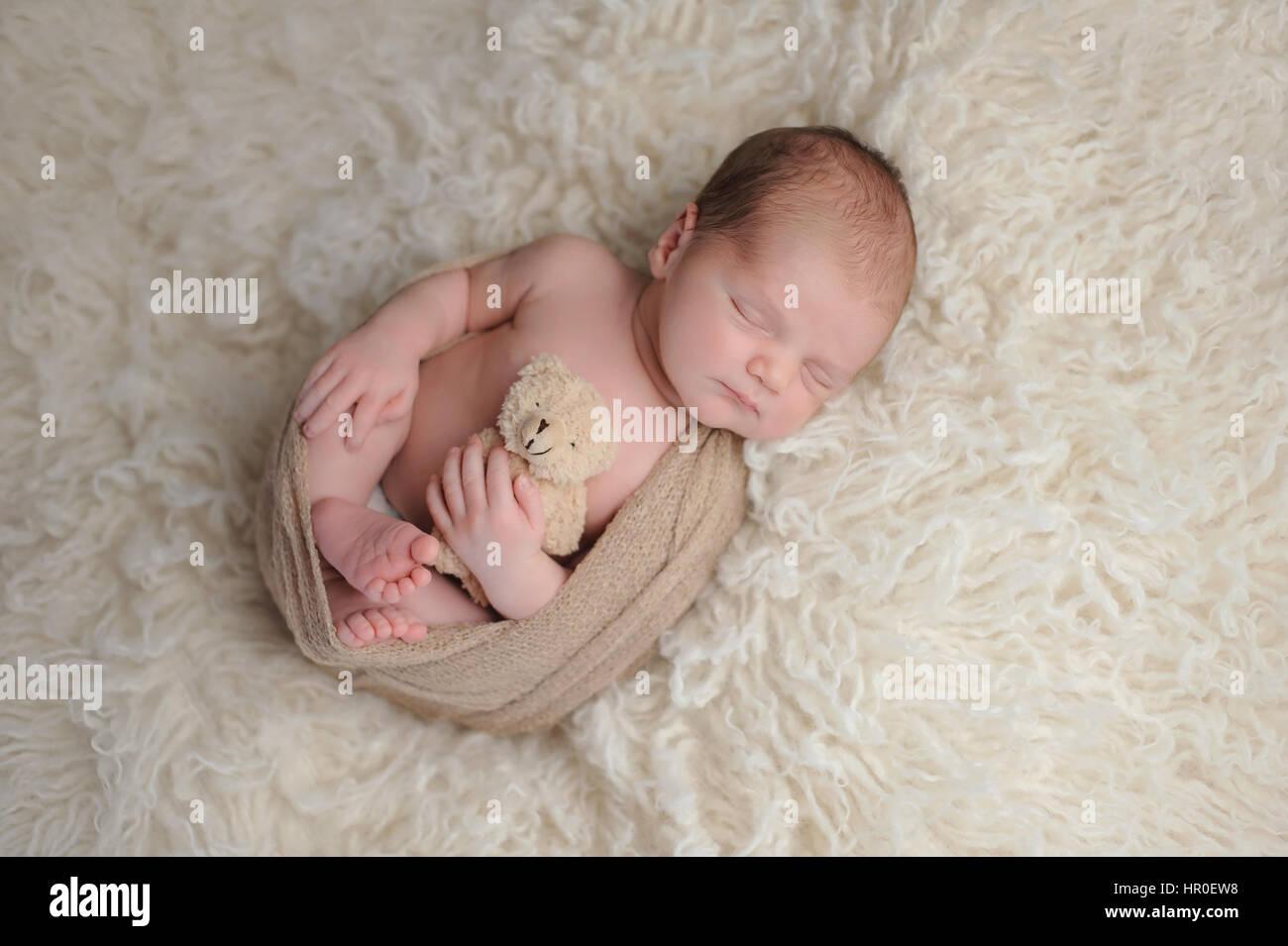 9d710bed0e Due settimane vecchio neonato boy swaddled in un beige wrap. Egli è di  dormire su