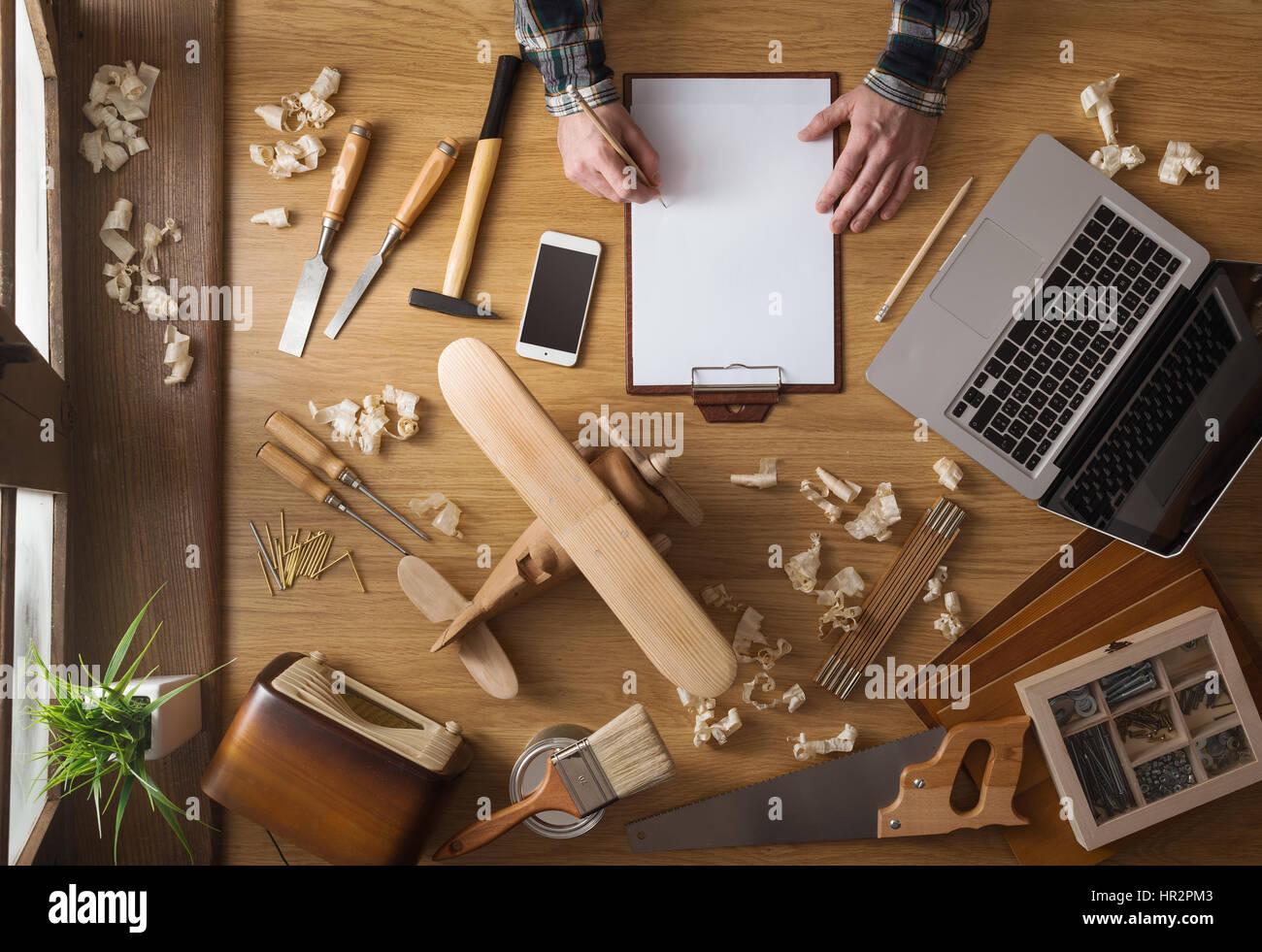 L Uomo Delineando Un Progetto Fai Da Te A Casa Su Una Clipboard Con
