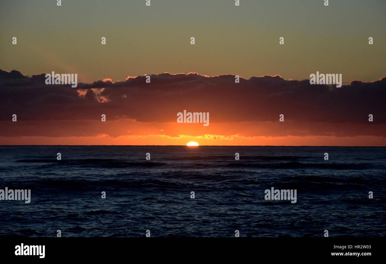 Bellissima Alba Cloudscape Su Sfondo Oceano Raggi Di Sole Raggiante