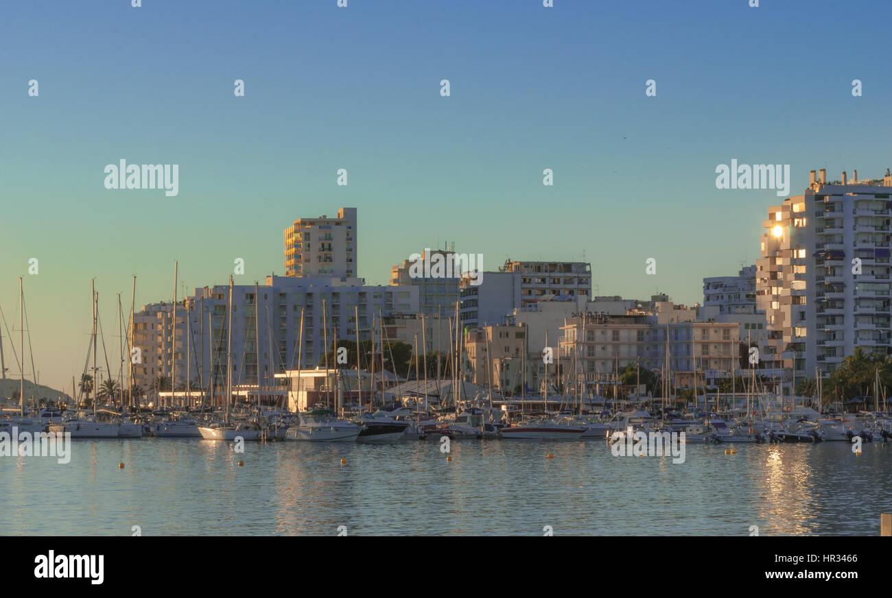Nel tardo pomeriggio sole cade sulla marina boardwalk & bay in Sant Antoni de Portmany, Ibiza, Isole Baleari&s, Immagini Stock