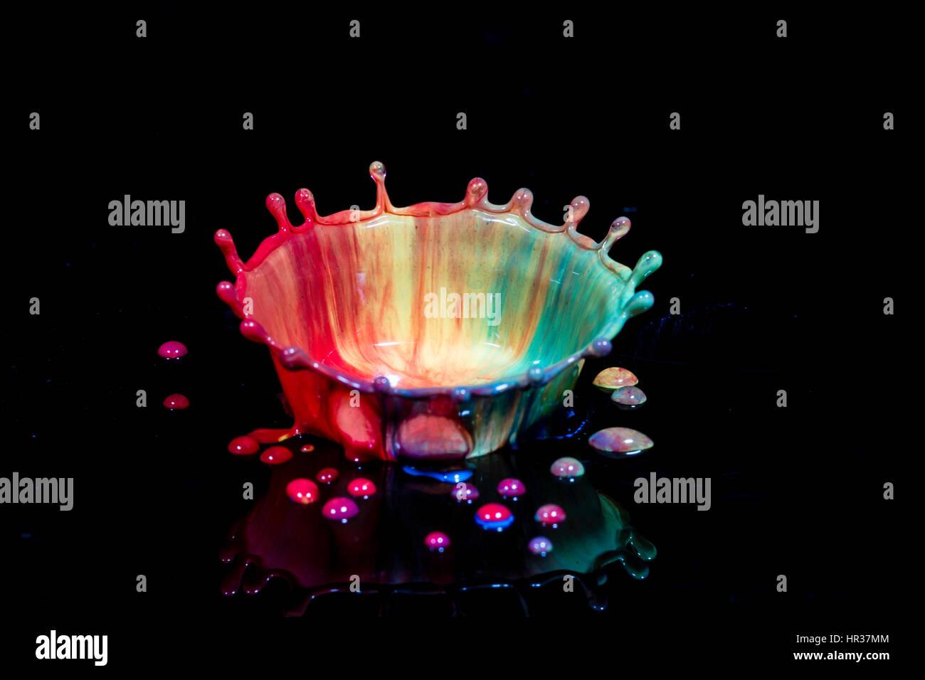 Arte liquido, lo studio di una goccia del liquido a creare forme dalla dinamica dei fluidi Immagini Stock