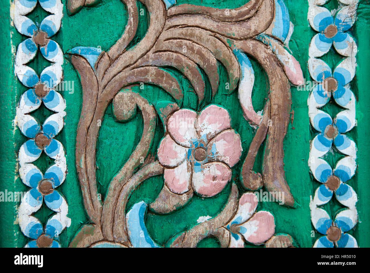 Le sculture in legno in stile vintage Floral sull'albero Seamless Pattern su legno Foto Stock