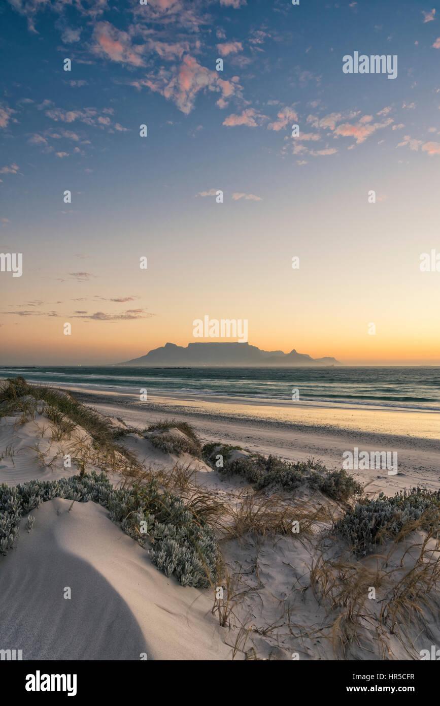 Vista della Table Mountain al tramonto dalla grande baia, Bloubergstrand, Cape Town, Sud Africa Foto Stock