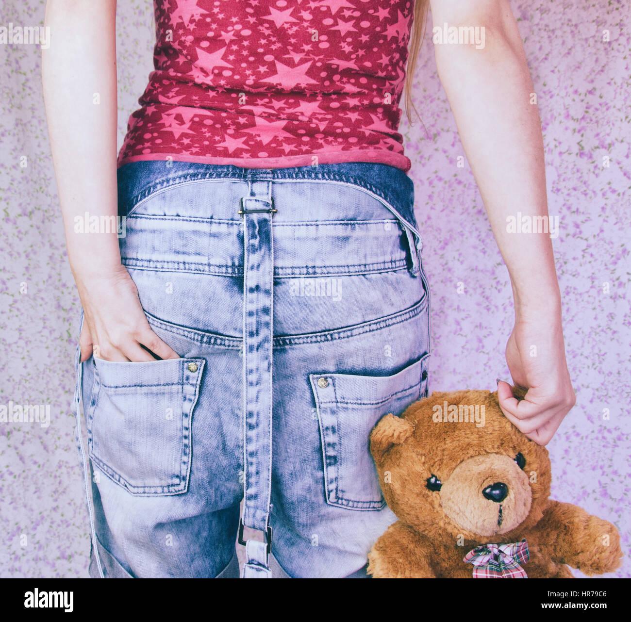 Qualcuno con il suo orsacchiotto di peluche, come un bambino Immagini Stock