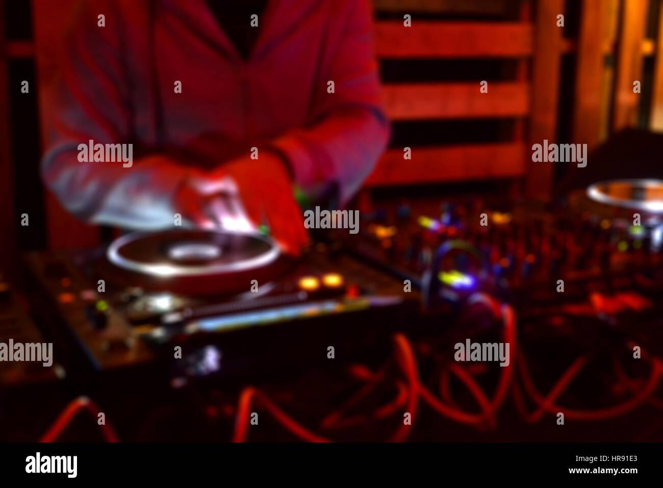 Sfocare lo sfondo di un DJ di riproduzione di musica in un partito Immagini Stock