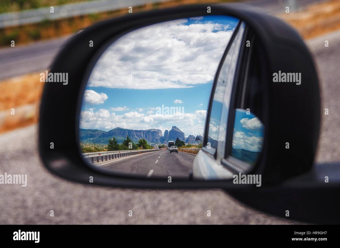 Le splendide montagne di Meteora e Tessaglia valley visto sullo specchietto retrovisore della vettura, Grecia Immagini Stock