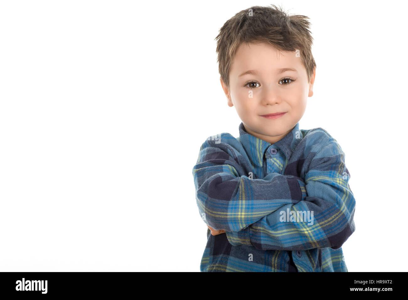 Fiducioso ragazzino sorridente con due mani incrociate sullo sfondo bianco Immagini Stock