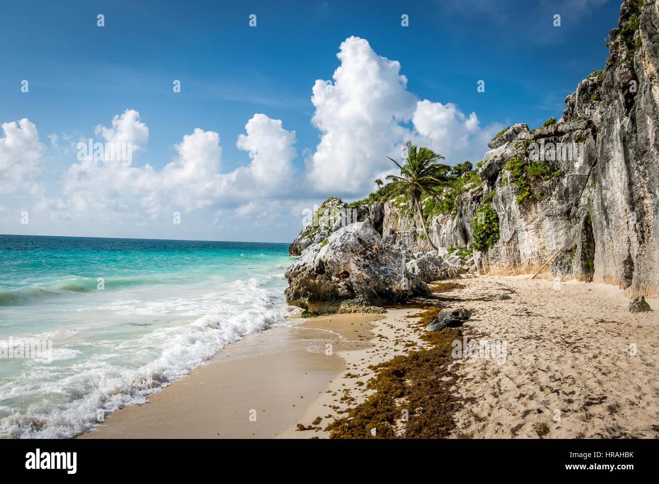 Mar dei Caraibi e rocce - rovine Maya di Tulum in Messico Immagini Stock