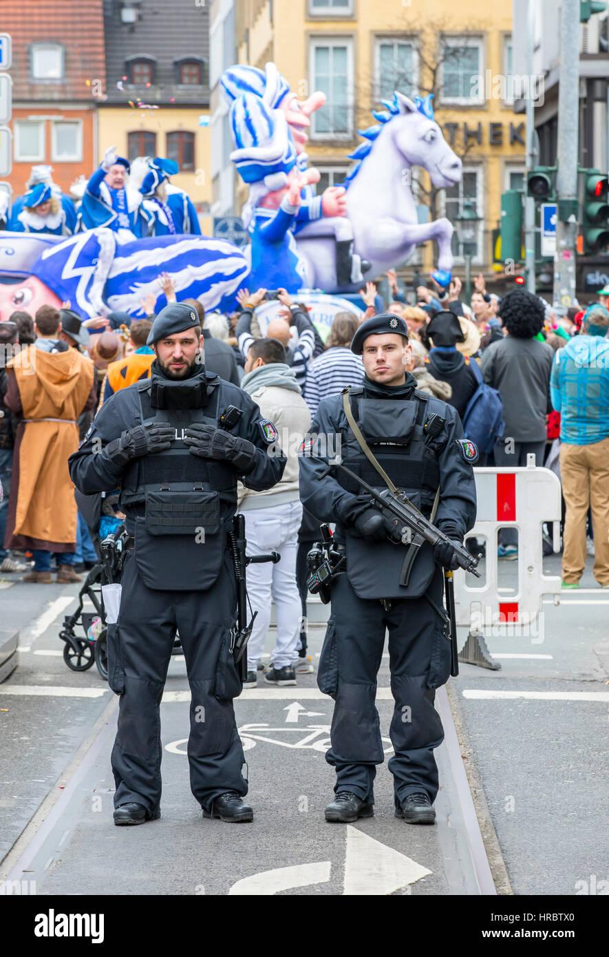 Il tedesco sfilata di carnevale a Düsseldorf, ufficiali di polizia e fissare la parata, bloccando le strade Immagini Stock