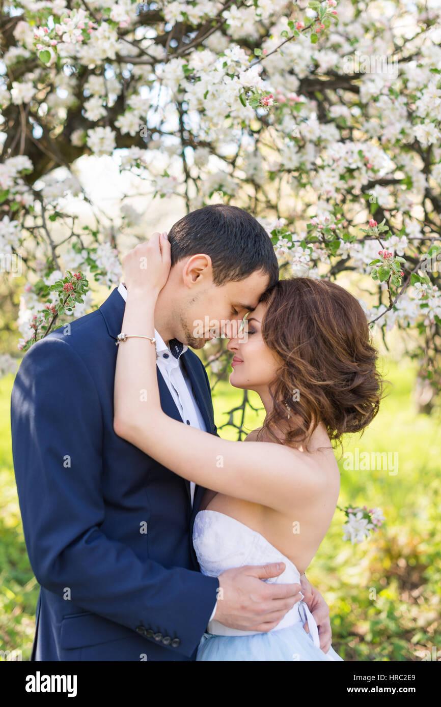 Matrimonio Tema Primavera : Lo sposo e la sposa insieme coppie in viaggio di nozze. coppia