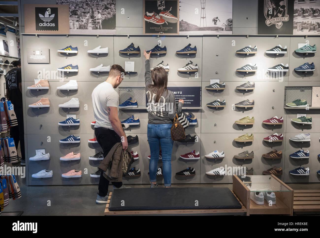 competitive price 923bd 6c0be Ai clienti di sfogliare le calzature in Adidas flagship store sulla Fifth  Avenue a New York