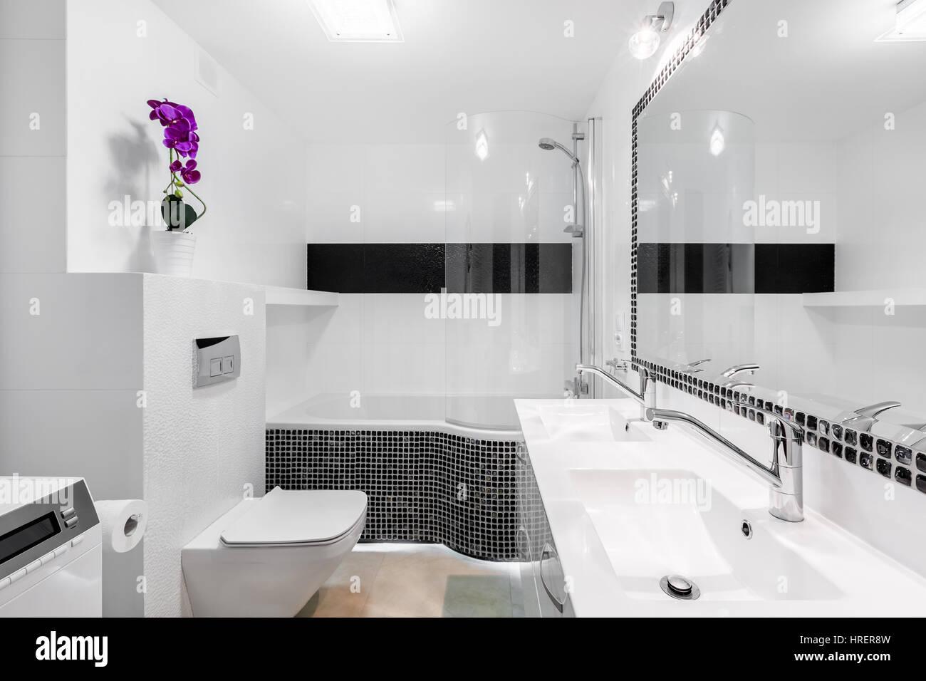 Bagno Con Mosaico Nero : Elegante bagno interno con moderno mosaico nero accenti e grande